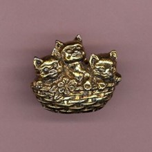 3 Cats in a Basket Goldtone Metal Pin [kd] 54089